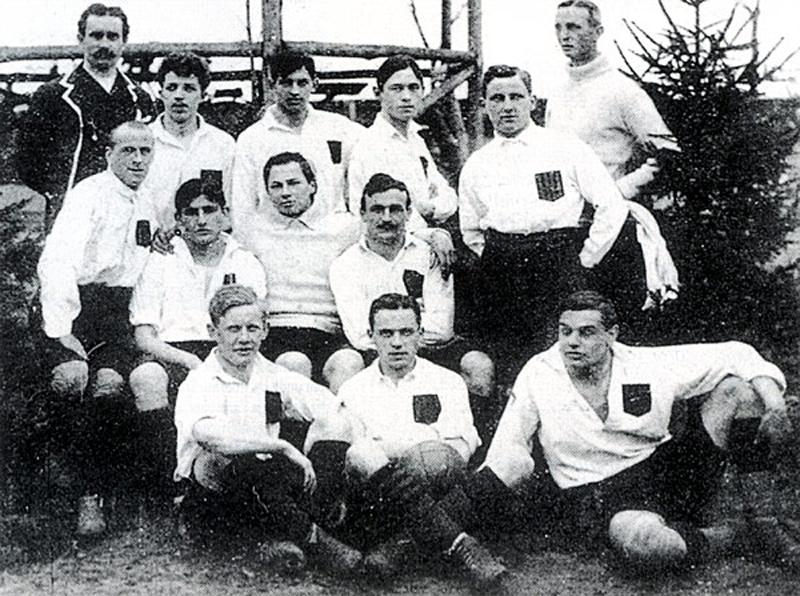 Le SpVgg Fürth champion d'Allemagne en 1910. Breunig est au premier plan, en bas à droite. En haut (de g. à d.) Fuchs (3ème) et Förderer (5ème).