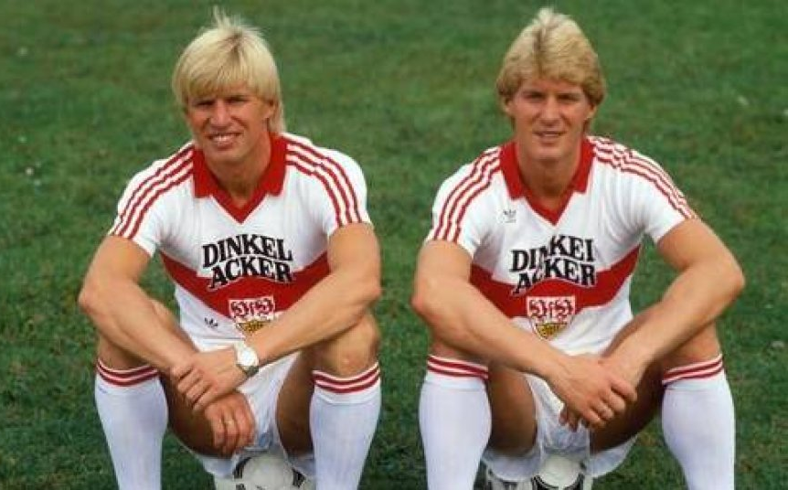 Karlheinz (à droite) pose aux côtés de son frère aîné, Bernd, sous les couleurs du VfB Stuttgart.