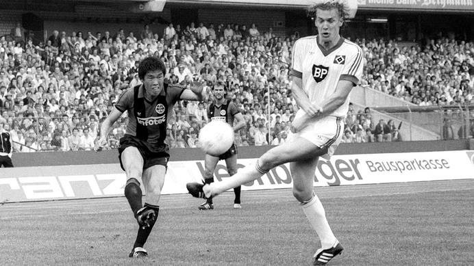 Holger Hieronymus (à droite) ici au duel avec le légendaire Cha Bum-kun lors d'un match entre le HSV et l'Eintracht Francfort.