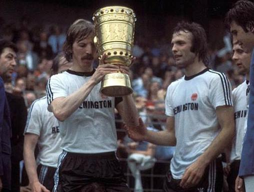 Grabowski (à gauche), capitaine de l'Eintracht, soulève la Coupe de RFA en 1975 aux côtés de son coéquipier Karl-Heinz Körbel