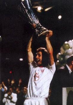 En 88, en tant que capitaine, il souleva le plus prestigieux trophée remporté par le Bayer Leverkusen.