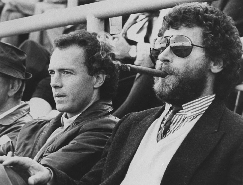 Ici au premier plan (aux côtés de Franz Beckenbauer), toujours reconnaissable à son look particulier...