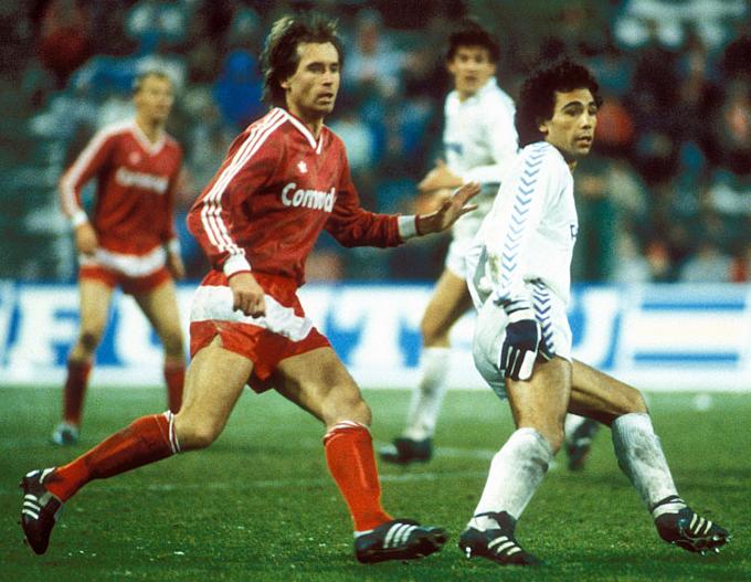 Norbert Eder au duel avec Hugo Sánchez lors d'une rencontre de la Coupe d'Europe des Clubs Champions.