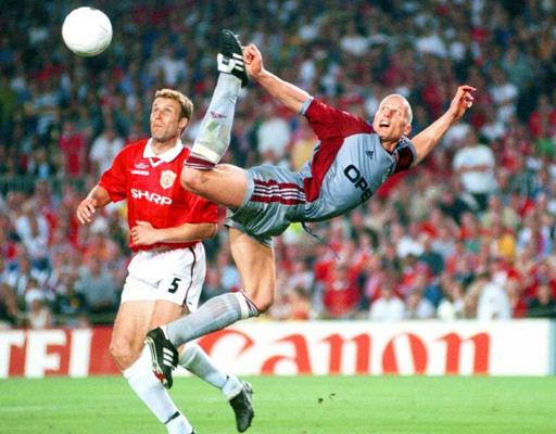 Au duel avec Ronny Johnsen, le défenseur de Manchester United, lors de la finale de la Ligue des Champions UEFA en 1999.