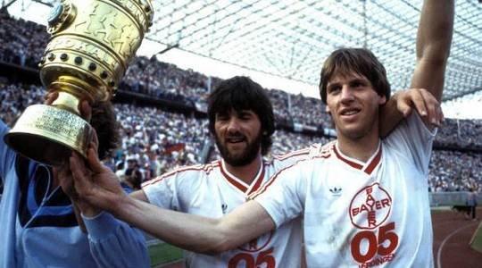 Les frères Funkel (Friedhelm à gauche et Wolfgang à droite) soulèvent ensemble la coupe de RFA sous les couleurs du Bayer Uerdingen en 1985