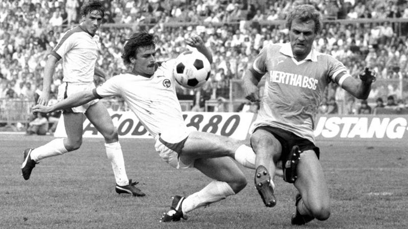 Uwe Kliemann (à gauche) aux prises avec Klaus Allofs.