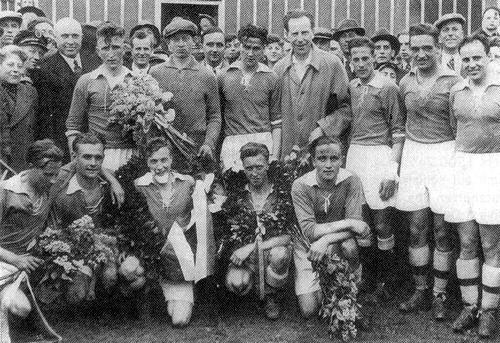 Le SV 06 Beuel champion de Bezirksklasse en 1936 (Elbern est le 3ème debout à droite).