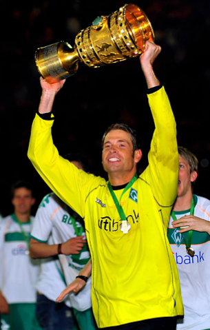 Il remporte la coupe nationale en 2009 avec le Werder.