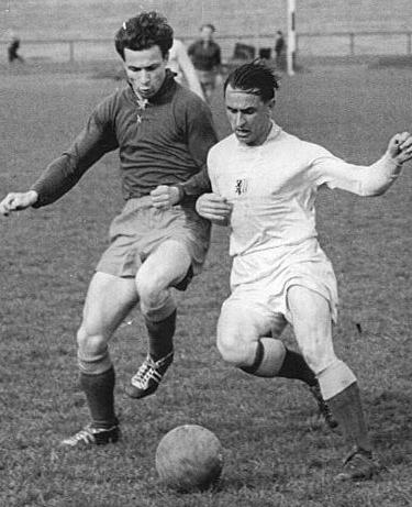 'Moppel' Schröter (à gauche) sous le maillot du Volkspolizei Dresden, opposé au défenseur du Chemie Leipzig Konzack lors de la saison 1950-1951.