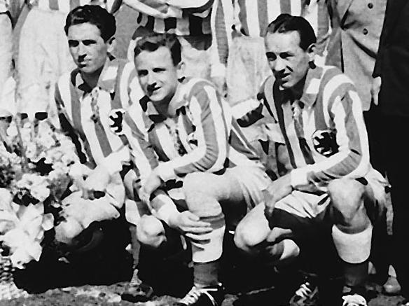 Hornauer, à droite, pose ici aux côtés de ses coéquipiers du Munich 1860 en 1955 (de gauche à droite : Hasenstab et Zausinger).