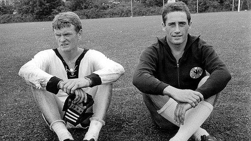 Hans Tilkoswki (à droite) pose aux côtés de son successeur en sélection : Sepp Maier.