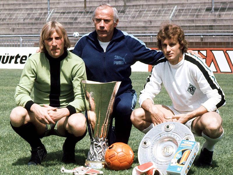 W. Kleff pose aux côtés de Rainer Bonhof (à droite), avec les trophées remportés lors de la saison 74-75.