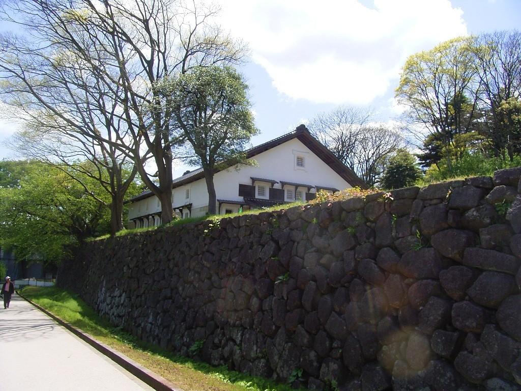 鶴丸倉庫。明治期の軍隊が造ったもの。ずいぶん前に地域づくりの会合で借りたことがある。