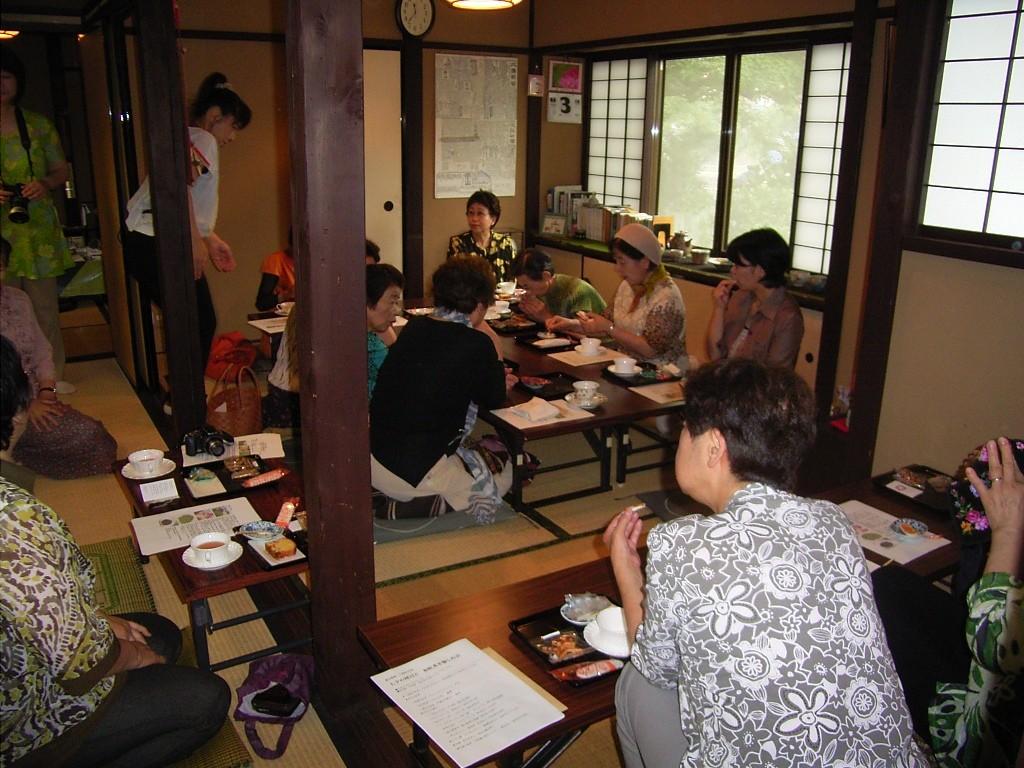 雨宝院のお部屋。15人参加。陶芸の展示も行った。