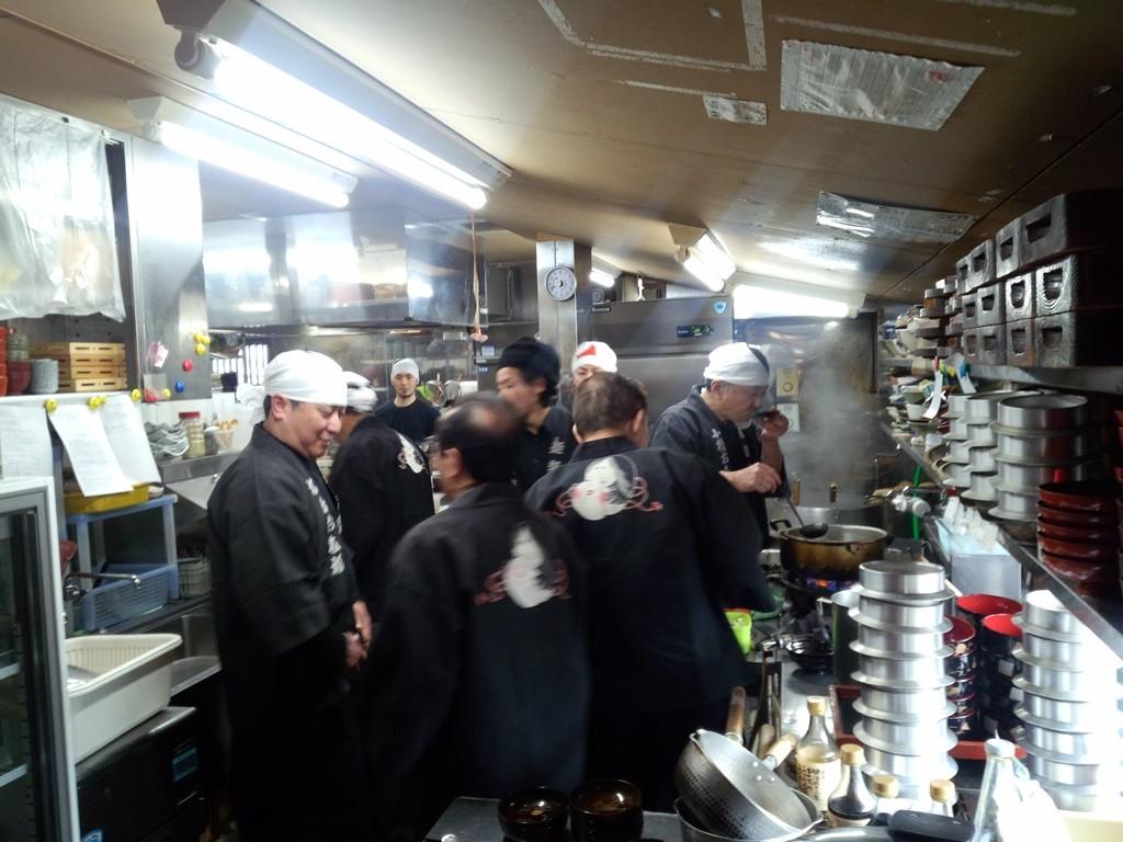 参列者に出す玉子丼とうどんを準備している厨房。お多福各店の店主が集合。