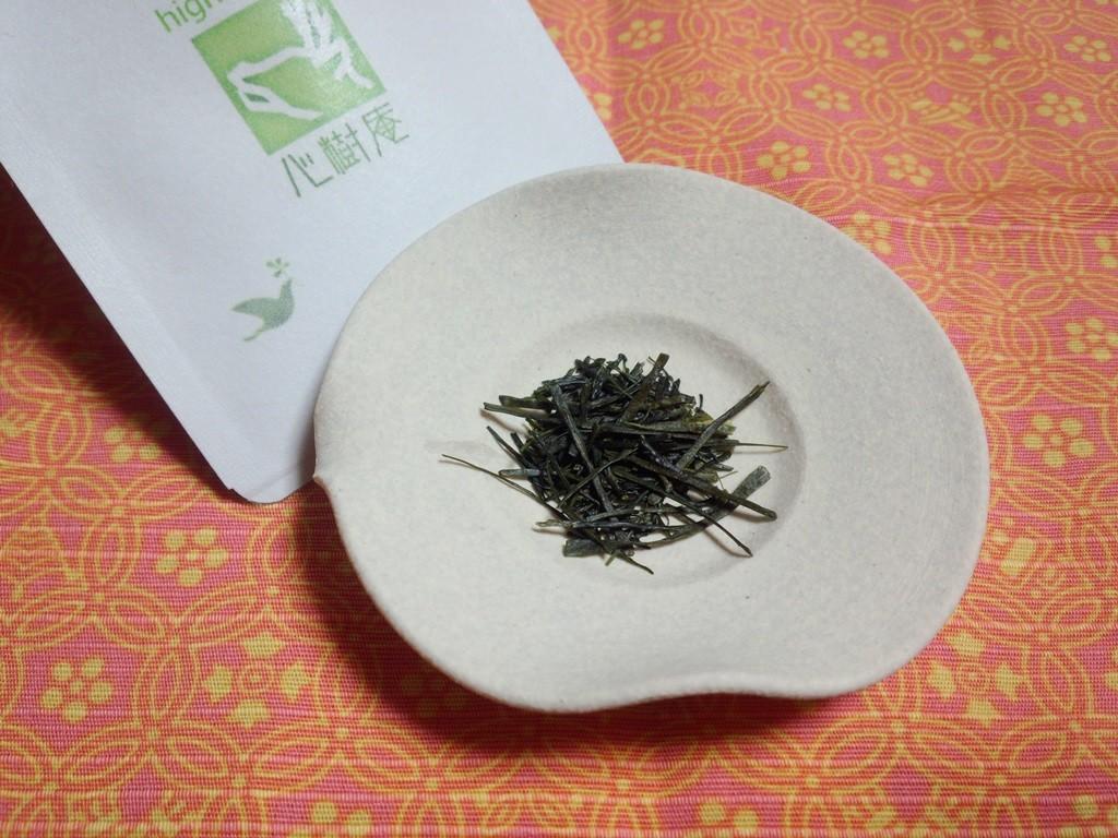 鹿児島産「あさのか」。滴(しずく)という文字(漢字)をお茶で表すとこうなるでしょう。お茶からしみだして、ギュッと濃縮されているのに、丸くて、透き通っています。販売元は心樹庵(奈良)。