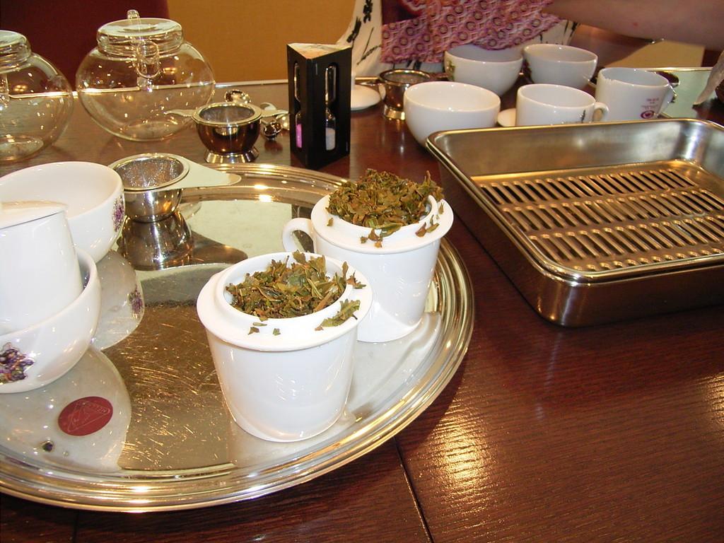 抽出後の開いた茶葉も見る。