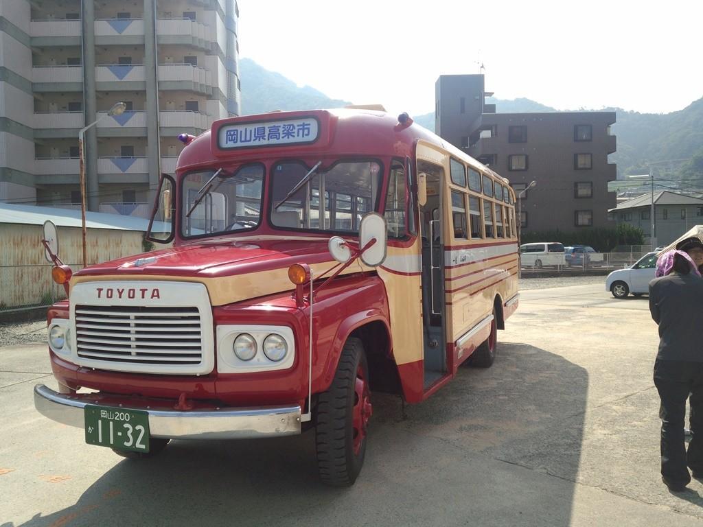 備中高梁駅からボンネットバスで出発。
