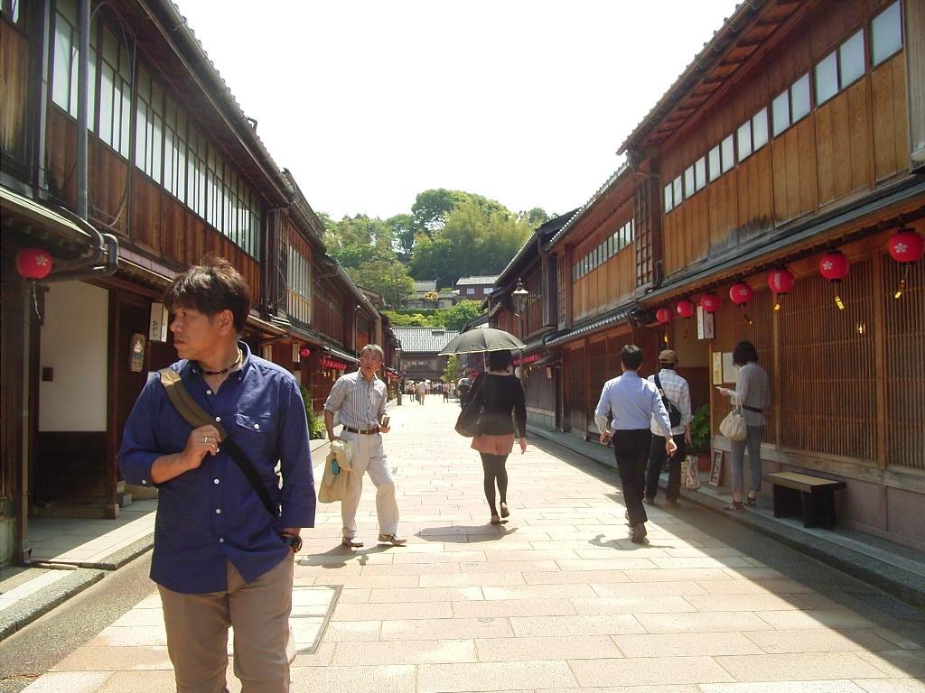朝から観光客が行き来するひがし茶屋街