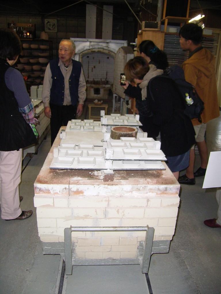 ガス窯の台。レールが敷かれていて、このまま釜の中に入る。