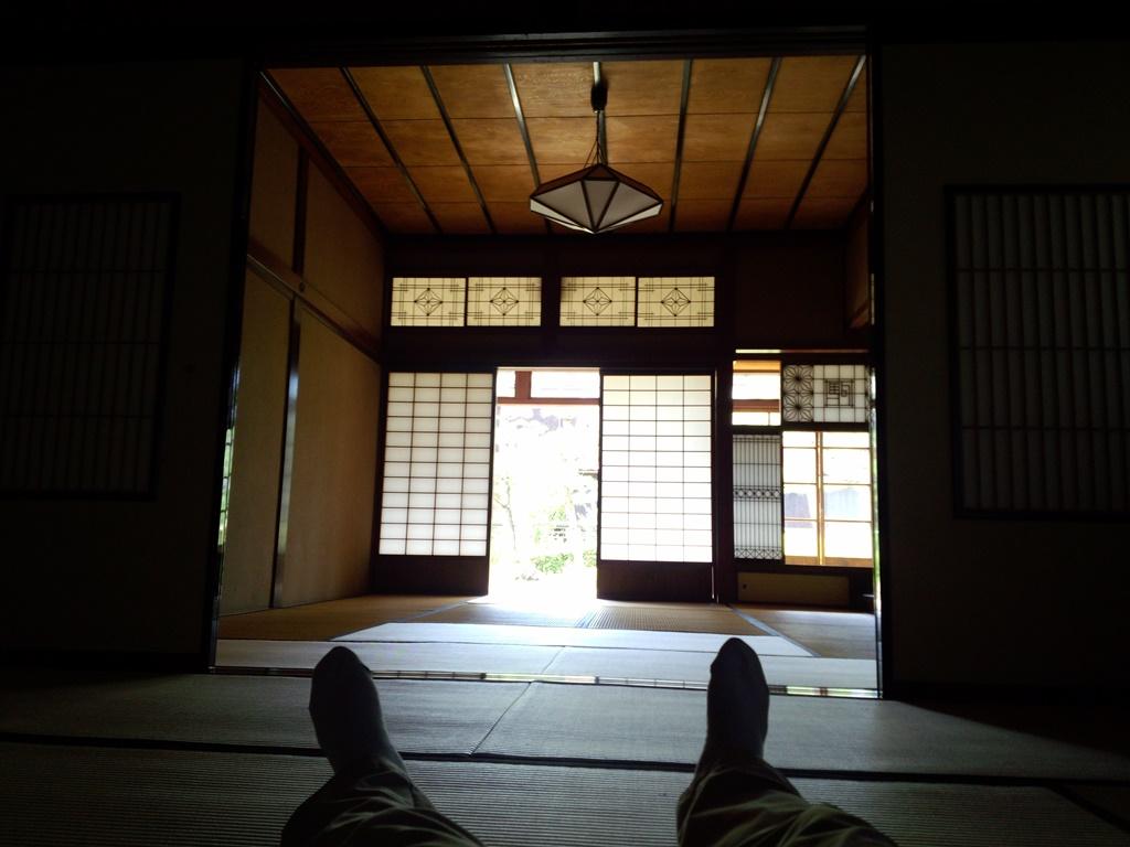 加賀市の蘇梁館に来ています。北前船主の大邸宅です。風が気持ち良いので座敷に大の字になって涼んでいます。