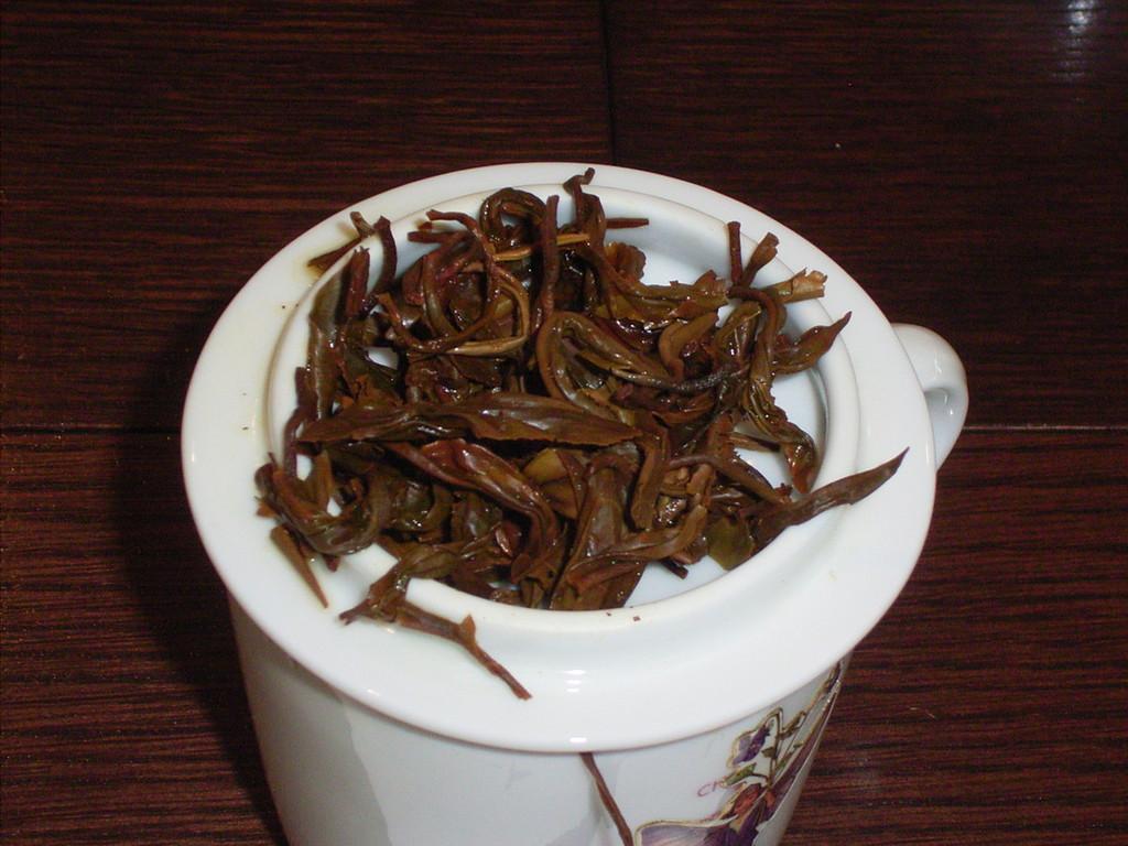 絶品だったニルギリ。茶葉が元のカタチに開いた。手揉みだろうか。