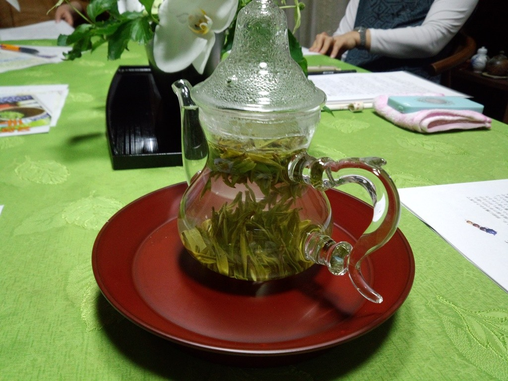 ひらぺったかった茶葉がポットの中で1枚の葉に戻ります
