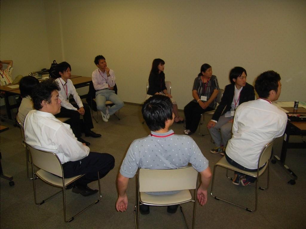 円陣を組んだワークショップ、個人の相談に対して全員で解決策を考える
