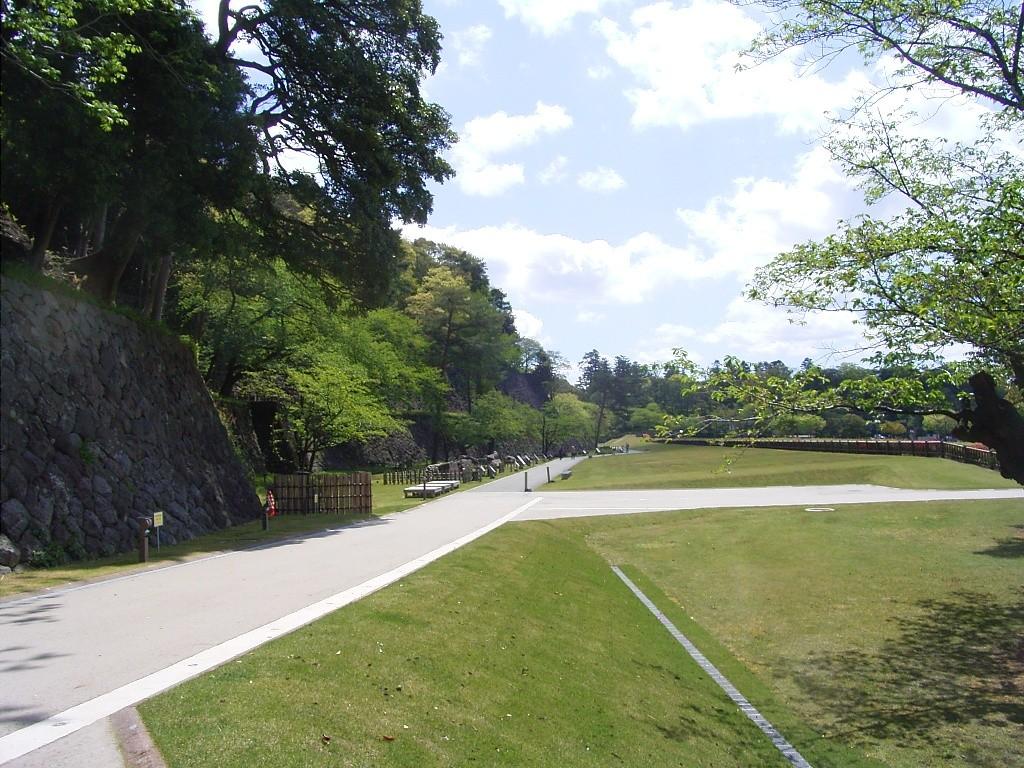 いもり坂の上り口から「いもり堀」方向を眺める。昔は兼六コート(テニスコート)だった。