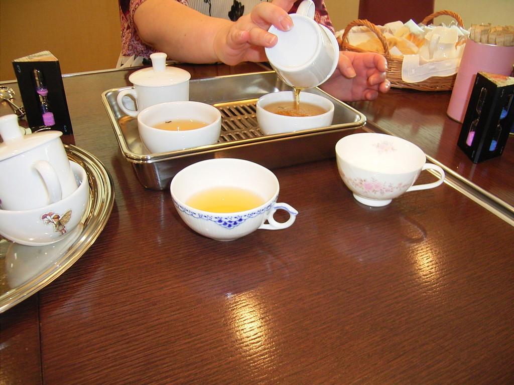 テイスティング用のカップ。同じ品種だが、左右で抽出時間を変える。