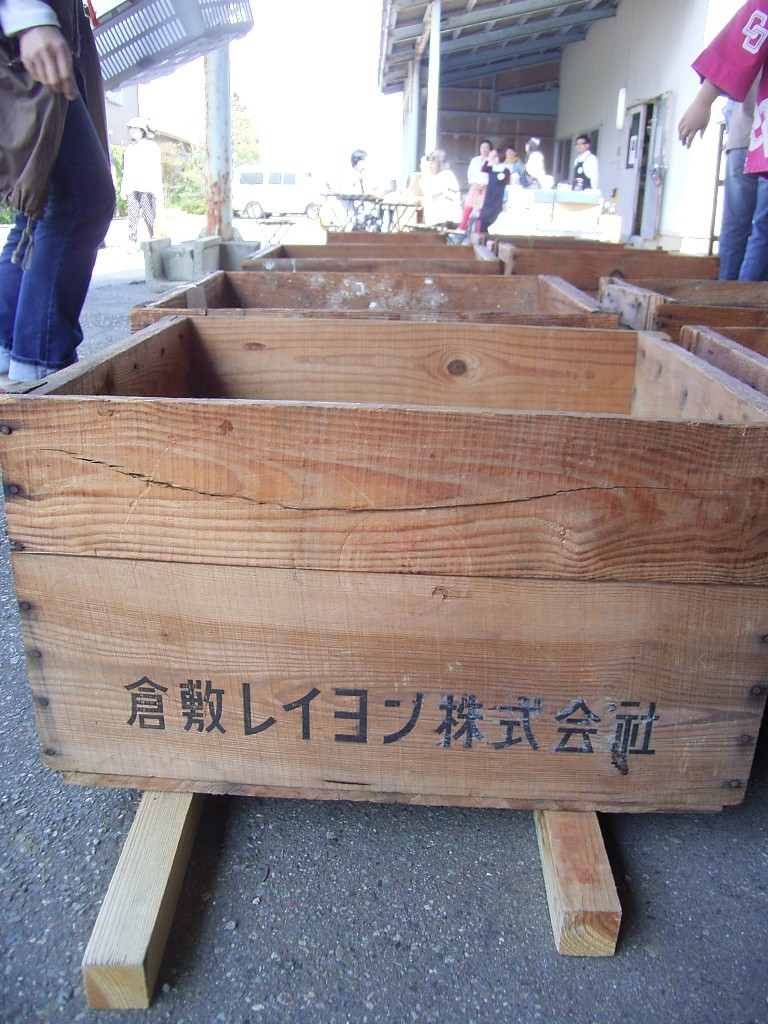 器を入れていた木箱。繊維工場で分けてもらったものとのこと。年代物。