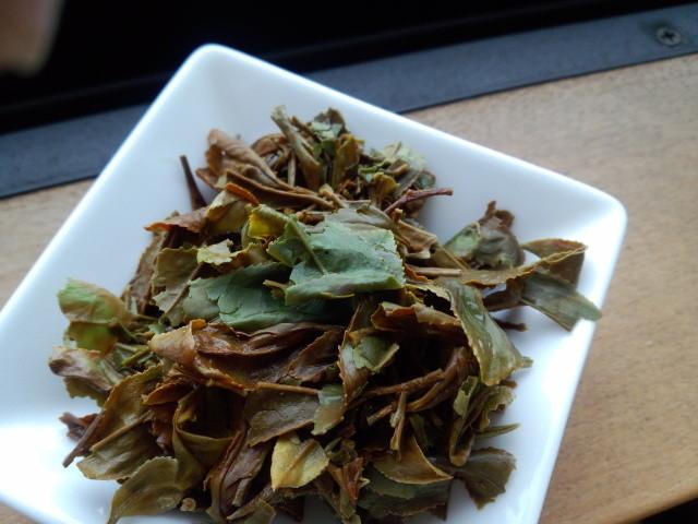 抽出した後の茶殻。お茶の葉のカタチにもどるのが手もみの特徴。