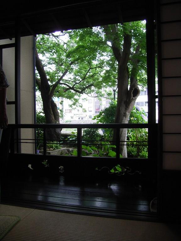 裏庭の向こうは犀川。ちなみに雨宝院は室生犀星が幼少期を過ごしたお寺。