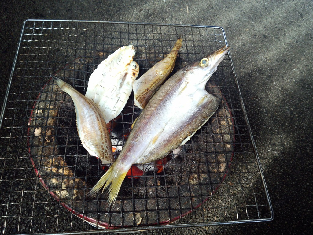 輪島朝市の休憩所。七輪の炭火で干物を焼く。
