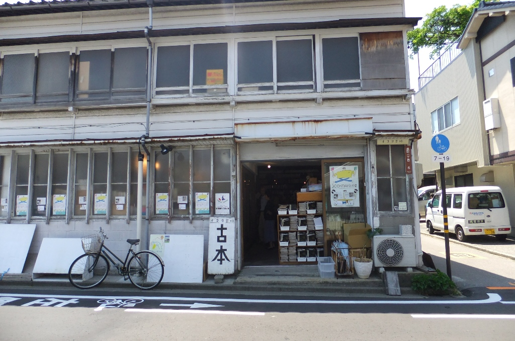 入口はこうなっています。謡曲の本がならんでいます、さすが金沢!
