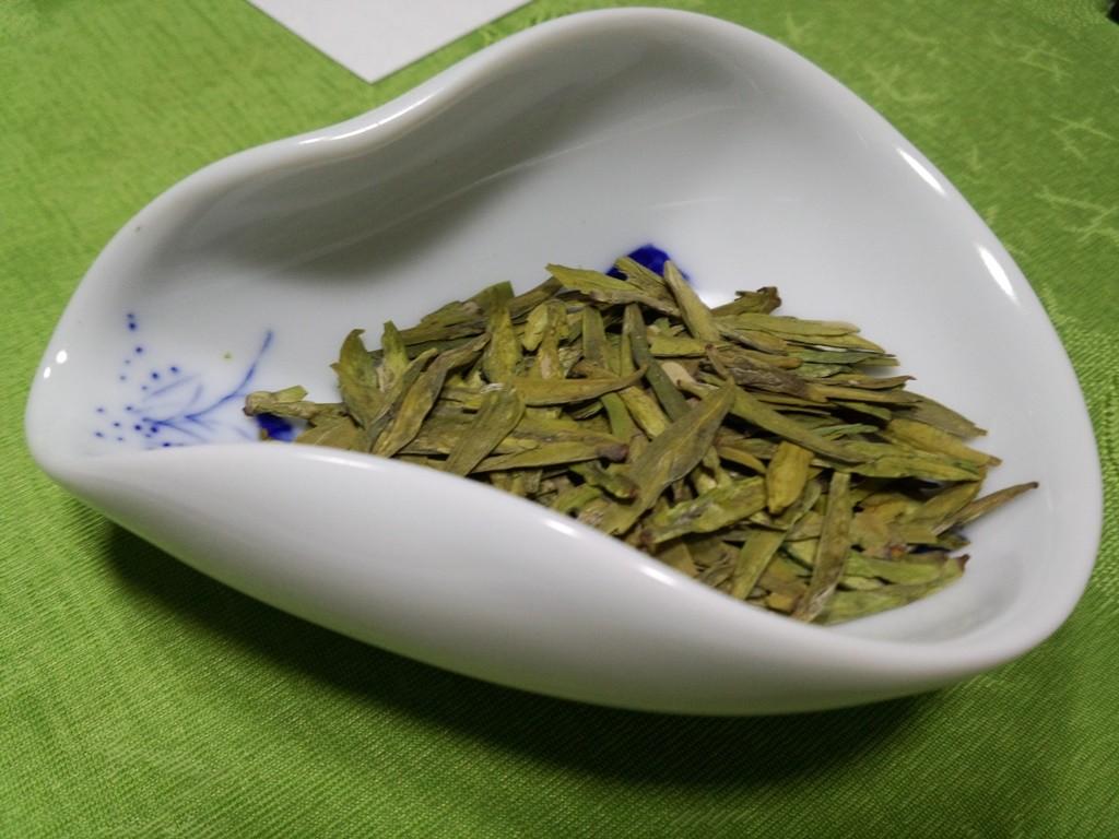 小川先生の5月の教室、これは中国茶、ひらぺったい茶葉に注目