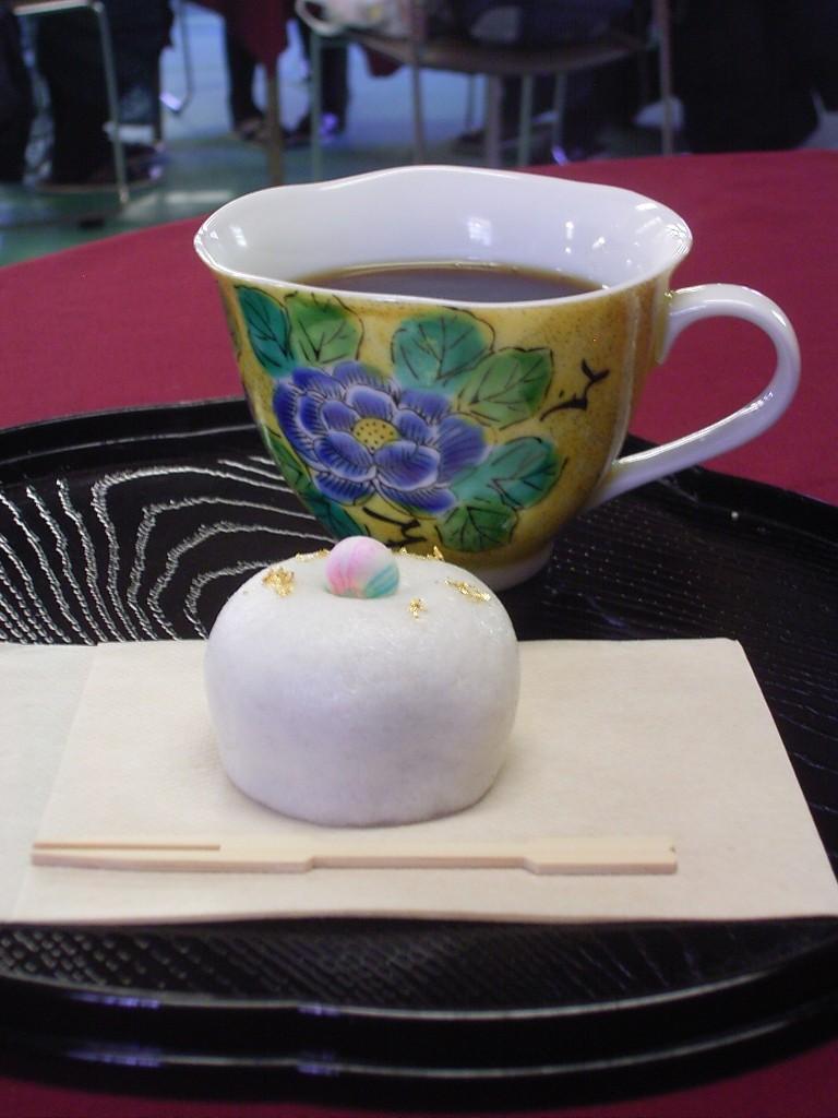 このイベントのオリジナル和菓子「珠姫手毬」。薯蕷饅頭(じょうよまんじゅう)かな?それにしてもコーヒーに合わない。