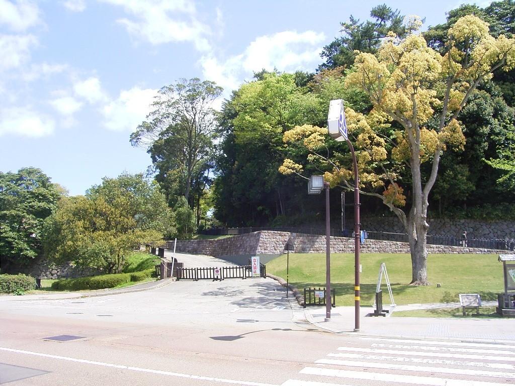 いもり坂。左の空間が整備中の玉泉院丸公園。