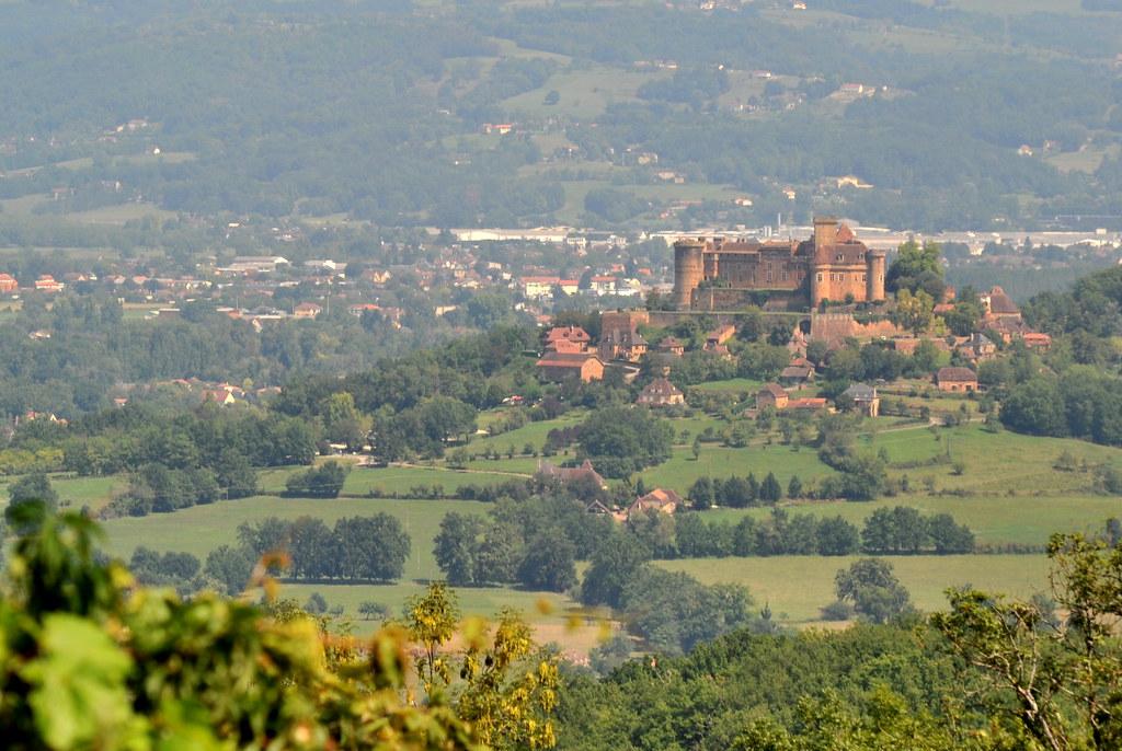 Vue depuis Loubressac sur le château de Castelnau