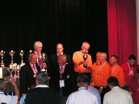 1. Platz für die Mannschaft in Klasse A (in orangen Hemden die Holländer auf Platz 2).