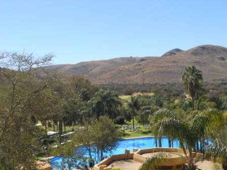 ...und am Nachmittag klarer Blick auf den Pool im Sonnenschein.