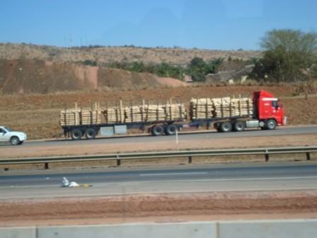 LKW dürfen in Südafrika bis 22 Meter lang sein.