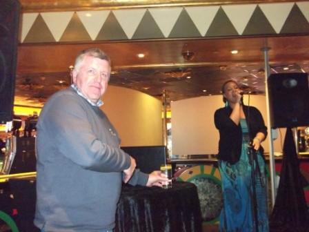 Die junge Sängerin hier in der Bar machte ihre Sache sehr gut...