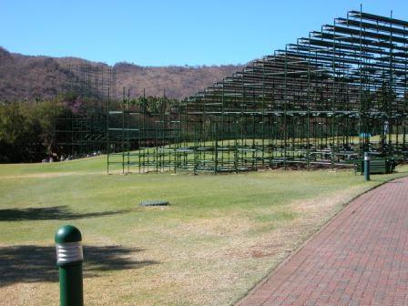 ...wurde gerade eine große Tribüne für ein Turnier gebaut, das in diesen Tagen stattfinden sollte.