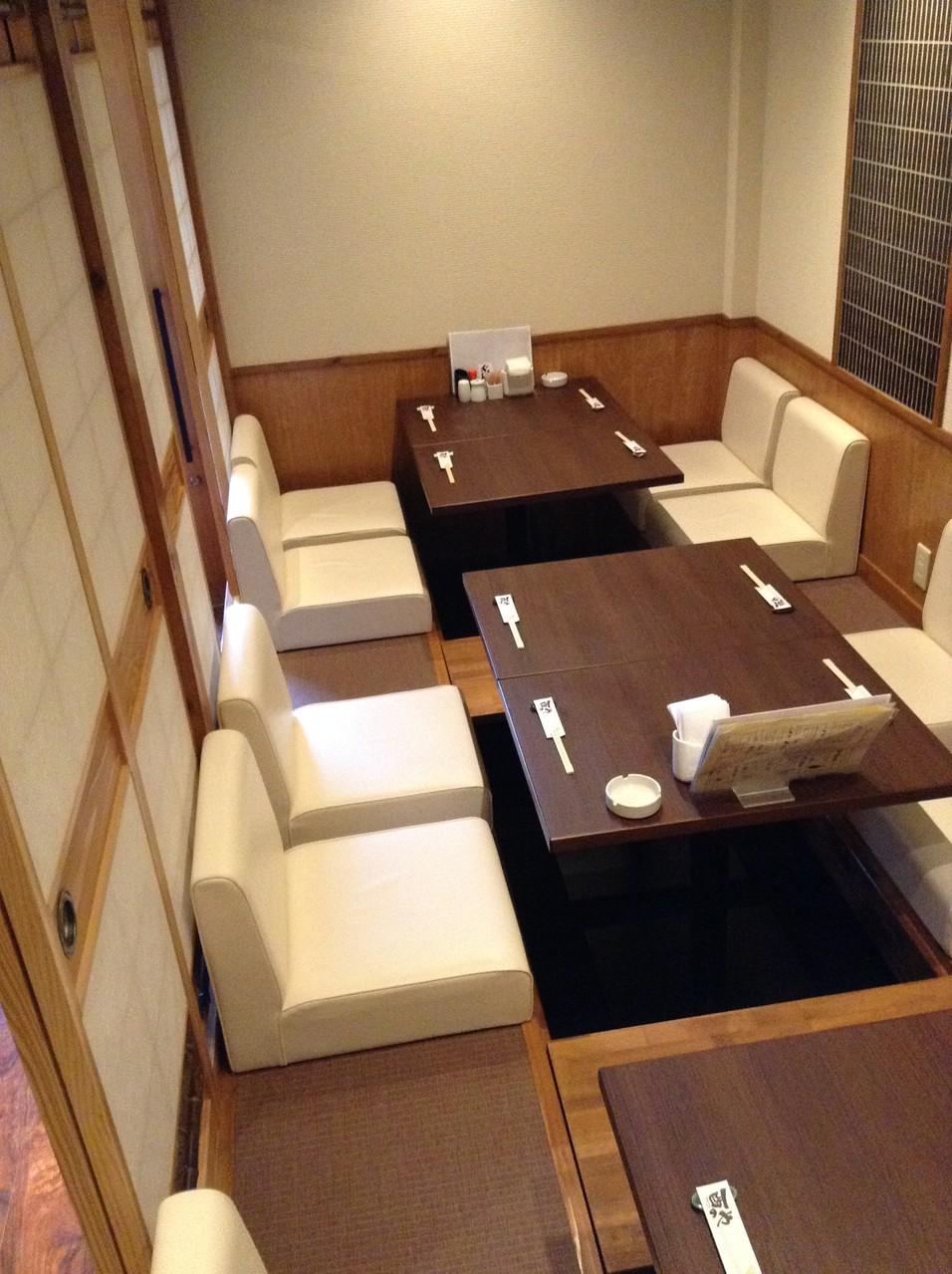 ■ 可動式のお席でレイアウト調整可能-掘りごたつ席