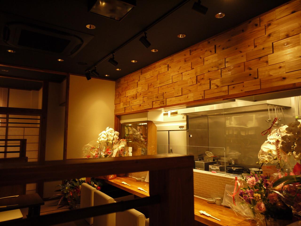 ■ ガラス越しに厨房と隣接したカウンター席