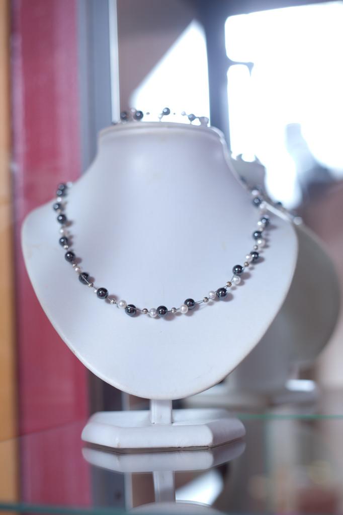 parure composée de perles d'eau douce et hématite