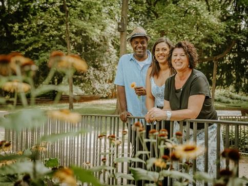 Glückliches Familienshooting im Stadtpark Regensburg fotografiert von Das Fotoatelier Regensburg - Fotograf Regensburg