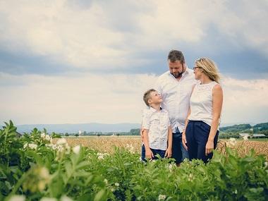 Tolles Familienshooting mitten im Feld fotografiert von Das Fotoatelier Regensburg - Fotograf Regensburg