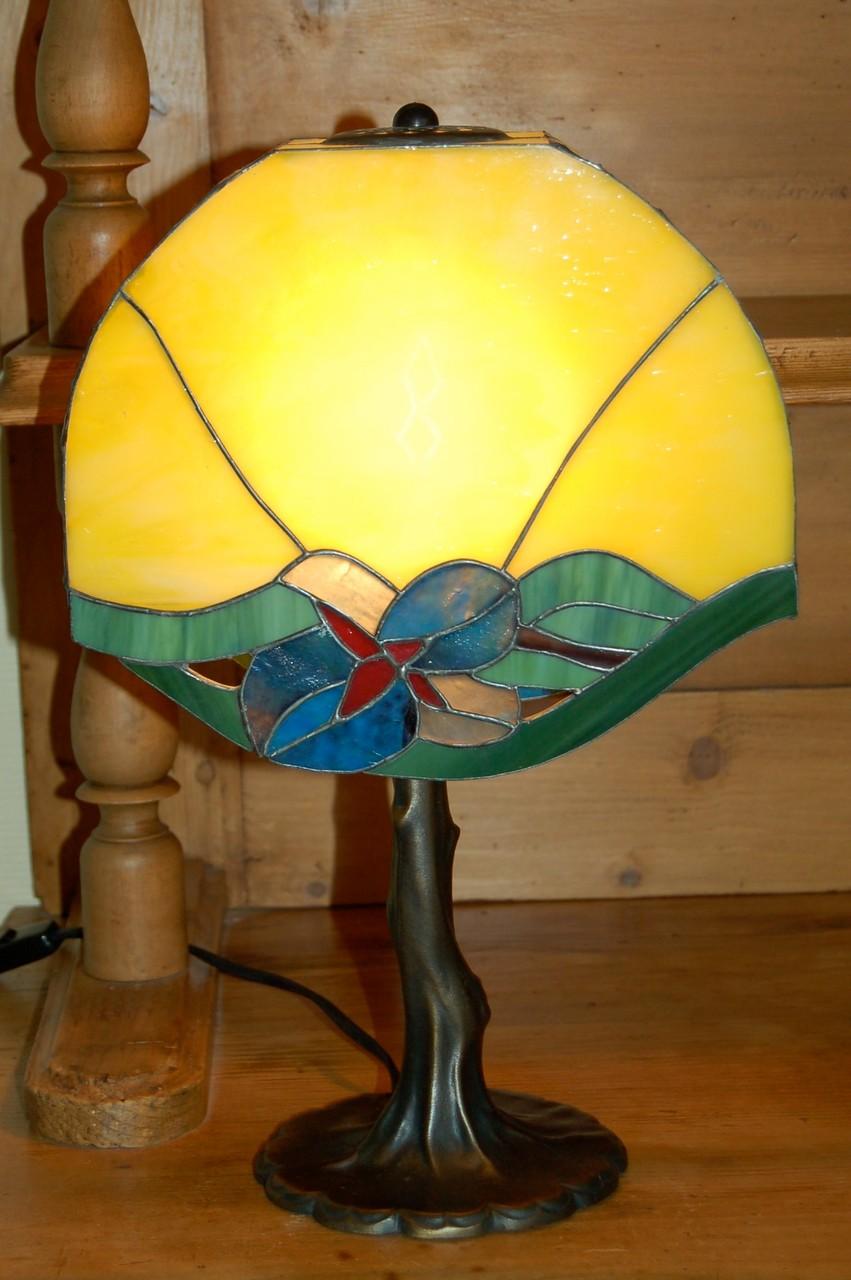 Lampe réalisée en Tiffany sur pied bronze Allumée